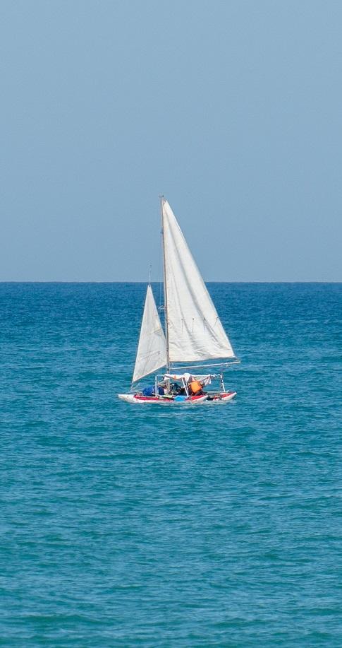 катер на море возле северного сияния